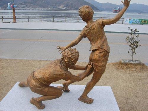 Bronze Wedgie Statue